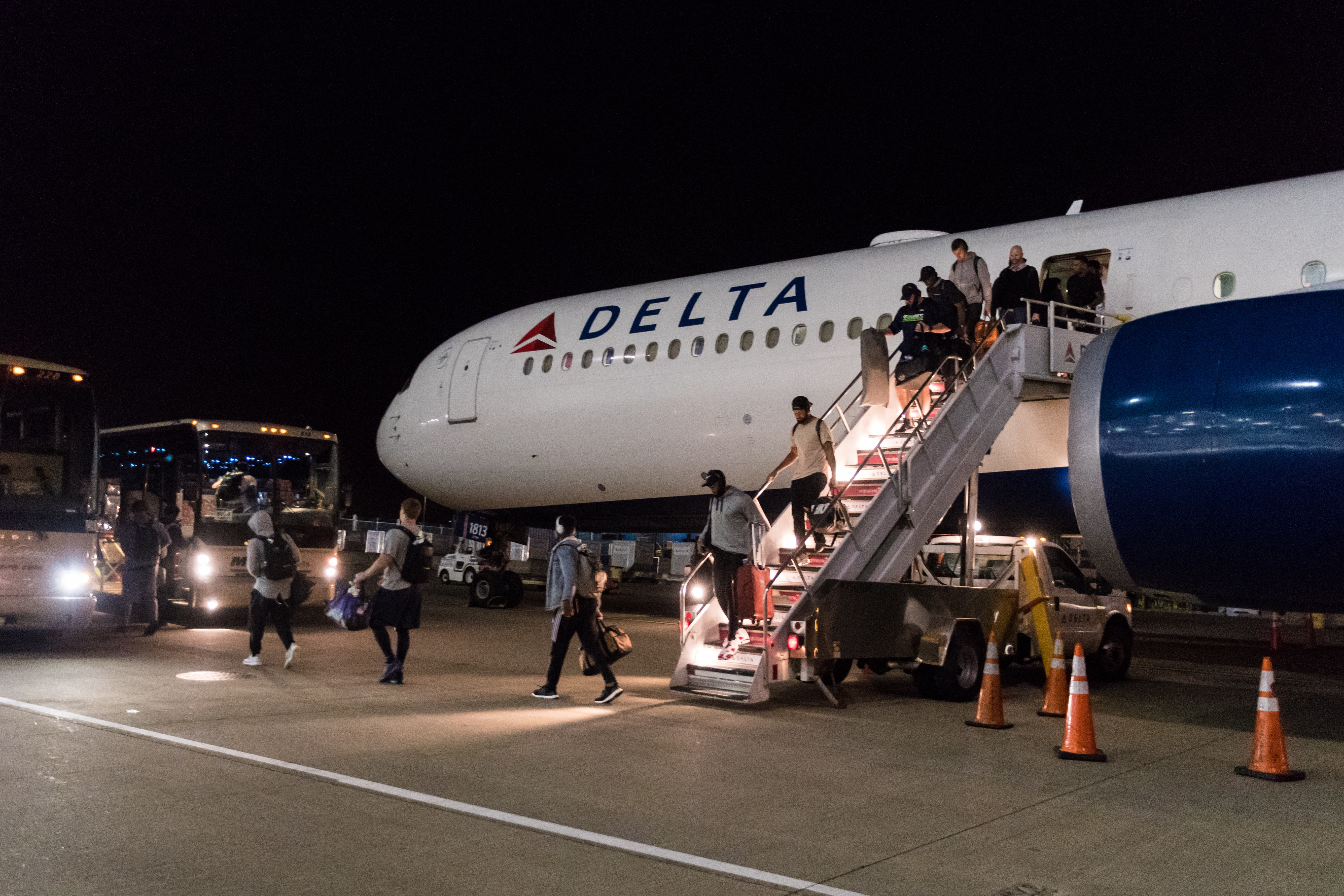 Seahawks team members deplaning from Delta jet