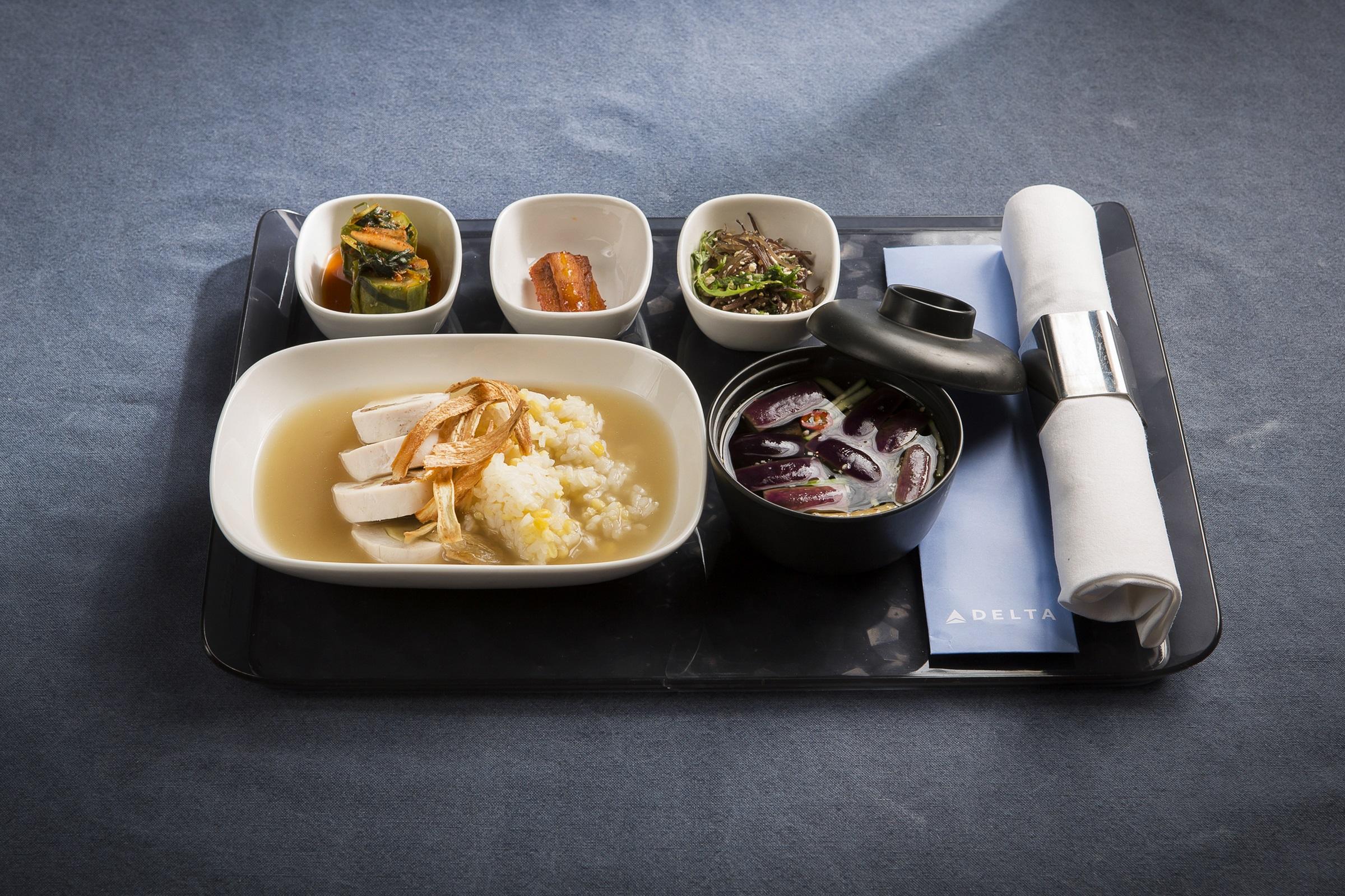 인천발 미국행 델타항공편에서 만나볼 수 있는 더덕, 꼬시래기, 오이소박이 반찬과 가지냉국이 곁들여진 삼계탕과 녹두찰밥 한식 기내식